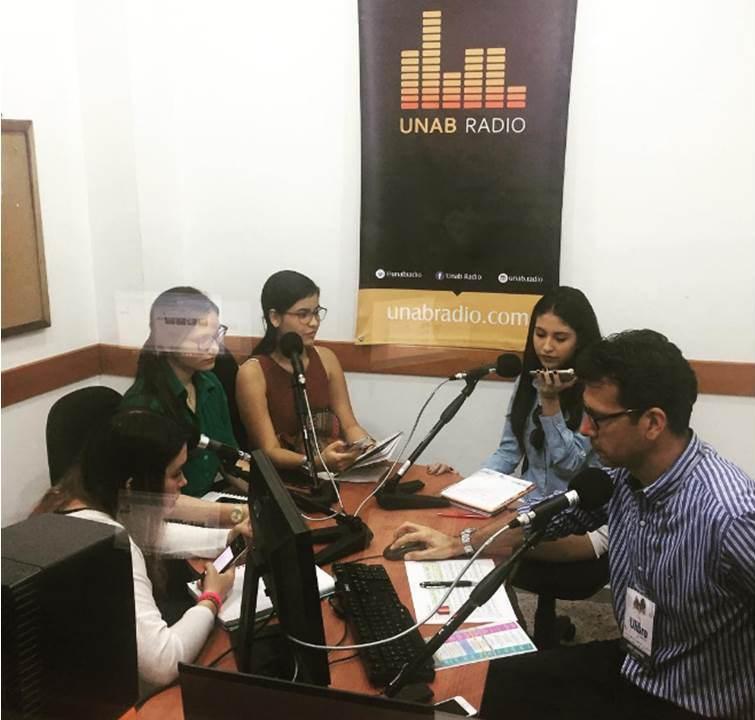 Cabina de Radio junto a estudiantes durante cubrimiento de Ulibro 2017